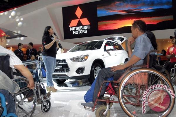 Para penyandang disabilitas dalam acara Indonesian Motor Show 2014