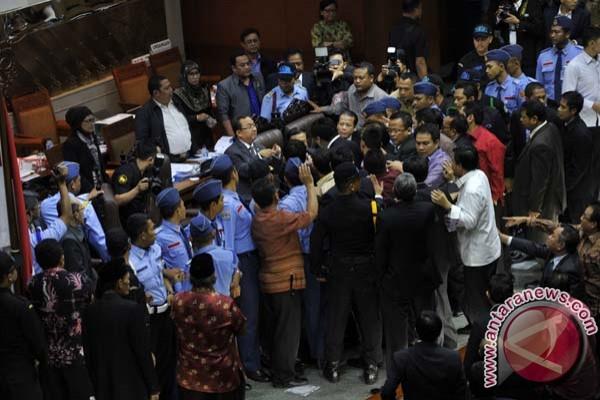 Jokowi dorong masyarakat gugat UU Pilkada