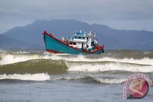 Nelayan Mukomuko takut melaut karena ombak besar