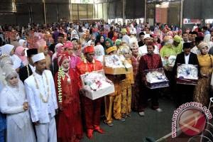 100 pasangan pengantin ikuti lomba rias Surabaya