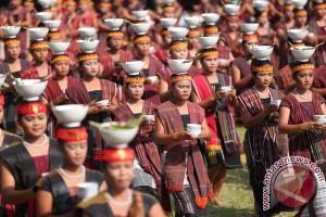 Parade becak hias semarakkan Festival Danau Toba
