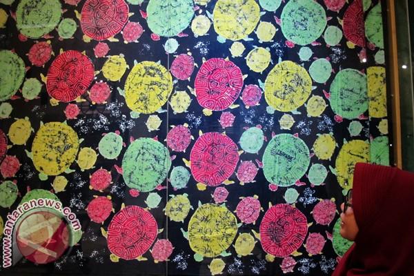 mengamati batik bermotif penyu yang dipamerkan dalam Pameran Batik ...