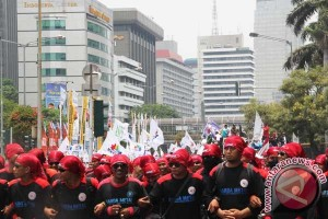 Buruh tuntut kenaikan upah di depan Balai Kota