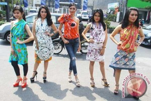 Karyawan Alfamart Riau pakai batik tiap Senin