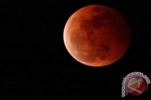 Cuaca halangi warga Jakarta nikmati gerhana bulan