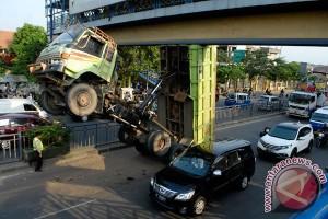 Papan reklame jangan sampai bahayakan keselamatan penyeberang jembatan