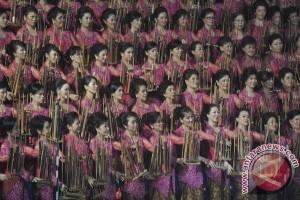 "500 penonton terhipnotis angklung Blue Danube ""Johann Strauss"""