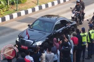 Presiden Yudhoyono lambaikan tangan dari mobilnya