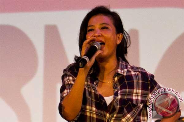 Saat Puisi Dikonversi Ke Lagu, Simak Video Oppie Andaresta Ini