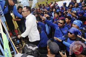 Menaker temui buruh yang demo di depan Istana Negara
