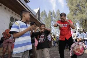 Chris John hibur anak pengungsi Gunung Sinabung