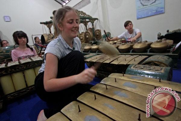 Siswa Ivydale di Inggris berlatih gamelan