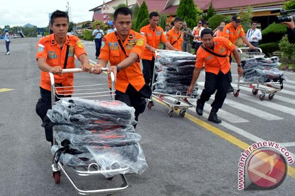 Sejumlah anggota basarnas membawa 200 kantung jenazah untuk dibawa