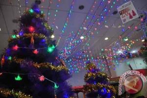 Gereja ini pajang pohon natal dari limbah