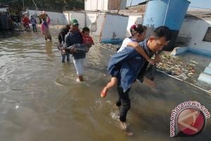 Banjir rob tiga meter, ombak besar robohkan rumah warga Cemarajaya, Karawang
