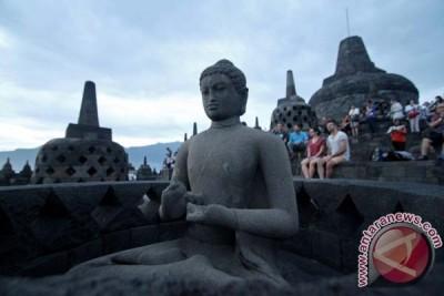 Thousands of tourists throng Borobudur Temple
