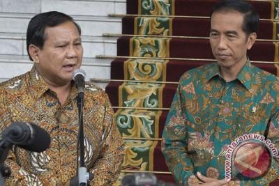 Presiden Jokowi bagai mendayung di antara dua karang