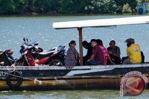 Belasan mobil pengawalan disiagakan di dermaga Wijayapura