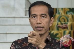 Presiden Jokowi bagikan KIS ke buruh perkebunan karet