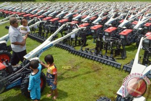 150 unit traktor pemberian hibah sudah tersalurkan