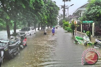 Waspada hujan lebat disertai petir seputar Jabodetabek