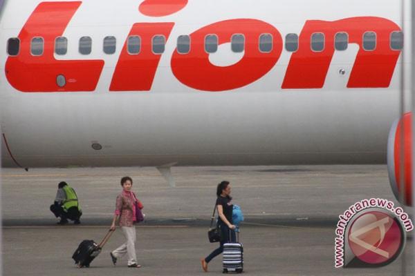 bersiap menaiki pesawat Lion Air di Terminal 1B Bandara Soekarno Hatta ...
