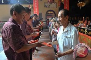 Jemaat kelenteng Bandung rayakan Imlek dengan berbagi angpau