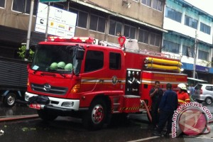 Kepulan asap keluar dari gedung Balai Kota