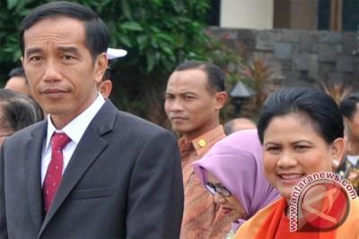 Presiden Jokowi bagikan KIS ke buruh perkebunan