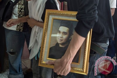 Thousands attend Indonesian comedian Olga Syahputra`s burial