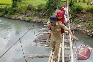 Jembatan gantung lapuk di Lebak makan korban jiwa