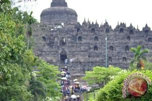 "Pelukis Borobudur pameran tunggal ""The Happy World"""