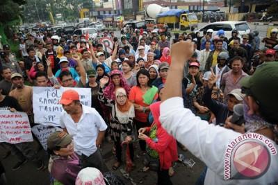 Aksi Tolak Relokasi Pasar Cisalak