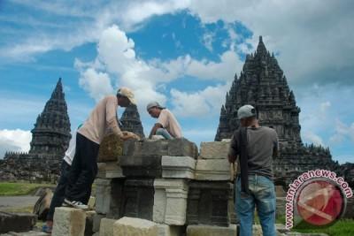 Batu Candi Prambanan ditemukan di tepi rel KA