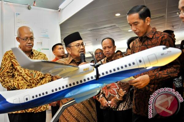 Habibie presentasikan pesawat R80 pada Jokowi