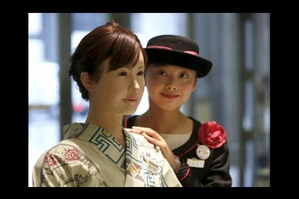 Robot humanoid mulai bekerja di toserba Jepang