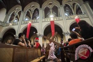 Jumat Agung di Katedral, umat diajak merenungi penderitaan