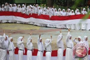Ketika Presiden Jokowi bagi-bagi bendera