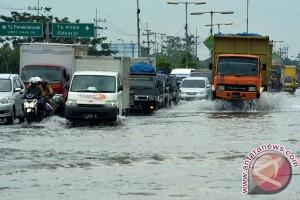 Jalan raya Porong digenang air setinggi hampir setengah meter