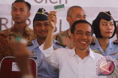 Presiden Jokowi salami warga nelayan Paotere