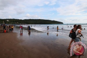 Basarnas evakuasi wisatawan yang terseret ombak Pangandaran