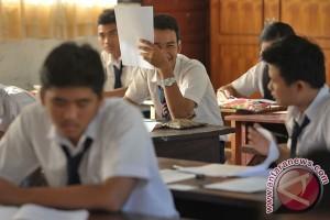 Ratusan peserta UN SMP bekasi ujian numpang