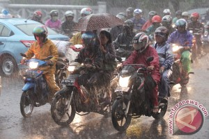 16 tips berkendara aman saat hujan