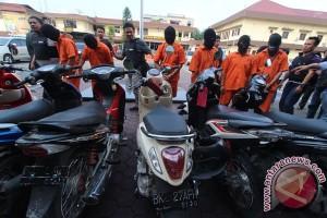 """""""Anak Stres"""" Bekasi pasarkan motor rampasan lewat Facebook"""