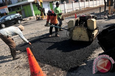 Perbaikan Jalan Di Perlintasan KA
