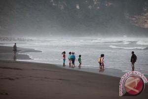 Wisatawan pantai Bantul waspadai gelombang tinggi
