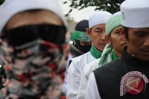 Polresta Bekasi dan FPI merazia miras