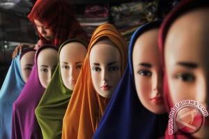 Jilbab sederhana a la Okky Asokawati