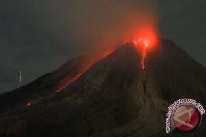 Pesona lelehan lava pijar Gunung Sinabung tarik wisatawan