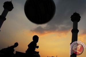 Warga padati taman alun-alun Bandung saat libur panjang